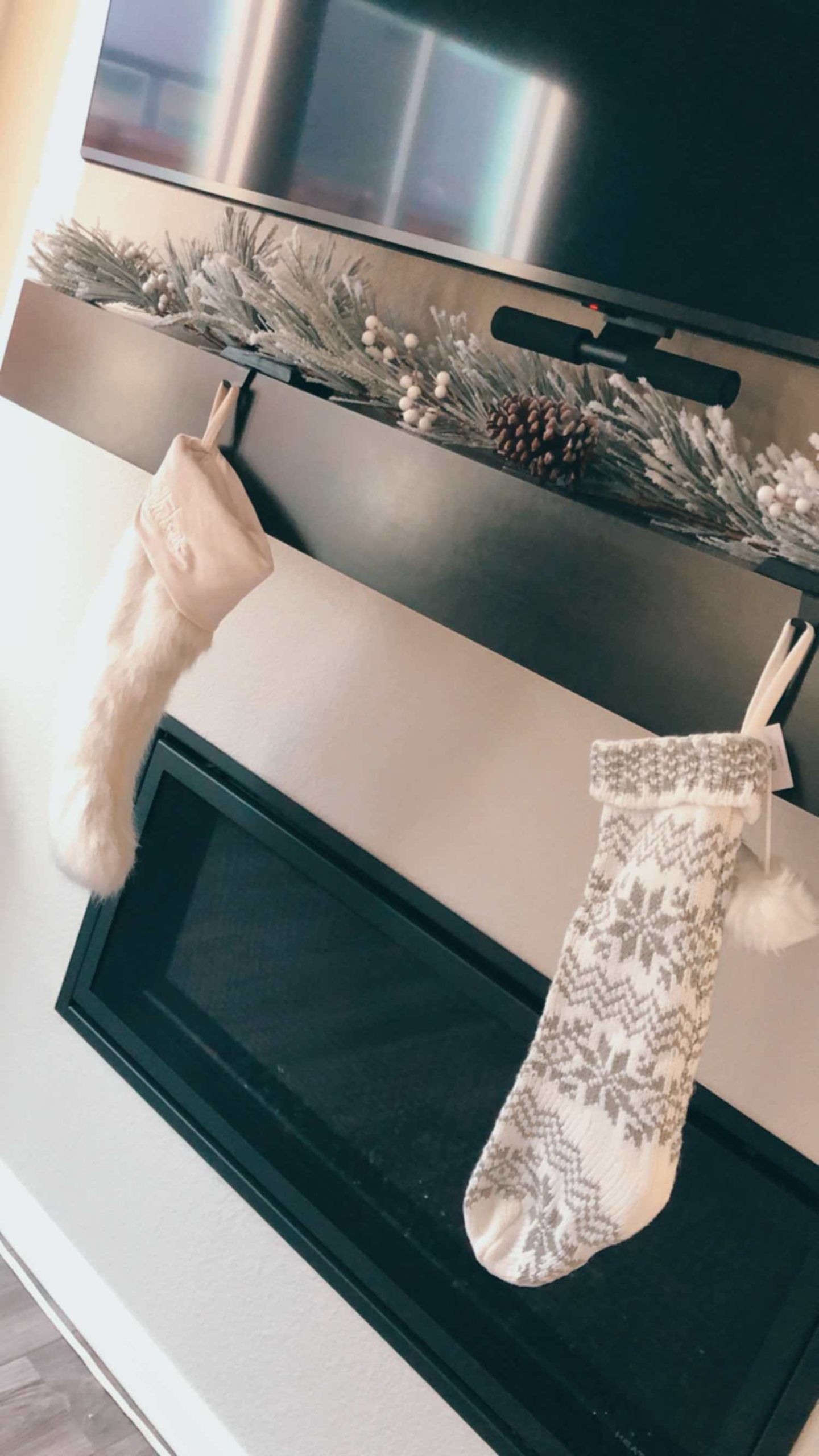 Simple Holiday Mantle Styling